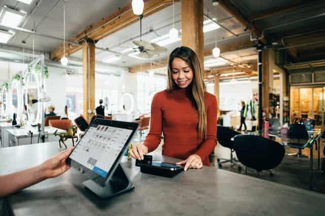 Mujer pagar con tarjeta