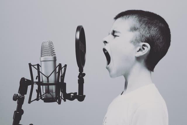 nino hablando microfono